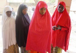 """Boko Haram libera a un centenar de niñas secuestradas y advierte a sus padres que no las envíen a la escuela """"nunca más"""""""