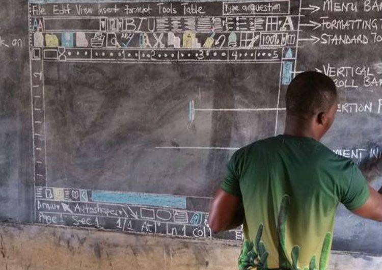 Un maestro que enseñaba Word en un pizarrón conmueve a Microsoft y le promete equipos gratuitos