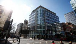 """Evacuan sede londinense de la consultora Cambridge Analytica por """"paquete…"""