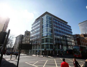 """Evacuan sede londinense de la consultora Cambridge Analytica por """"paquete sospechoso"""""""