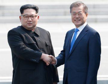 Inicia cumbre histórica en la península coreana con un saludo entre Kim Jong Un y Moon Jae-in
