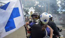 La policía venezolana ataca a pacientes y médicos en protestas…