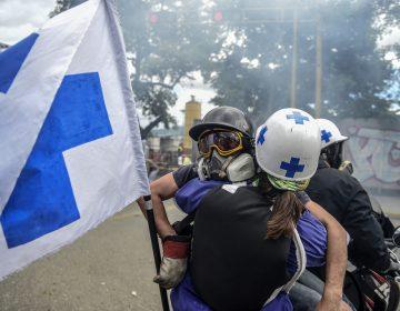 La policía venezolana ataca a pacientes y médicos en protestas por escasez de medicamentos
