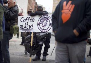 """Así respondieron Starbucks y la policía sobre el arresto de dos hombres negros """"acusados"""" de """"no ordenar nada"""""""