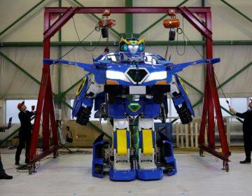 """Un transformer """"real"""": este robot humanoide se convierte en vehículo en un minuto"""