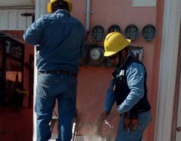 Acusan de timo a dos empleados de la CFE