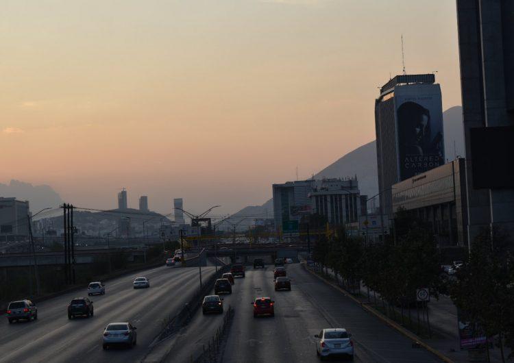 Amplían fechas para verificación de taxis en NL, estado con la ciudad más contaminada de México