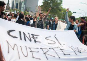 """""""Cine sí, muerte no"""": ciudadanos marchan en CDMX y Jalisco por el asesinato de tres estudiantes"""