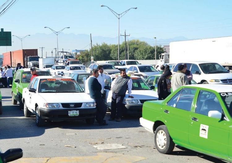"""Protestan taxistas contra Uber y Cabify en NL por """"piratas"""""""