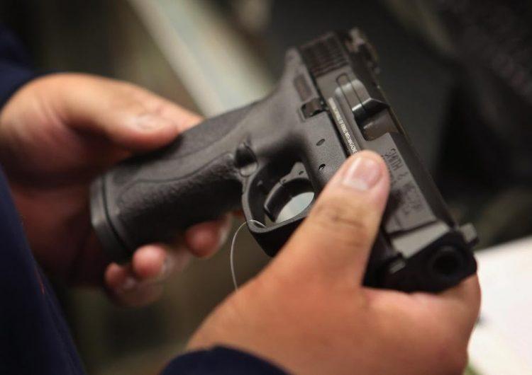 Las leyes actuales de control de armas no evitan que los hombres violentos asesinen a sus parejas
