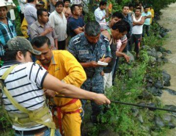 Rescatan a empleados varados por la corriente