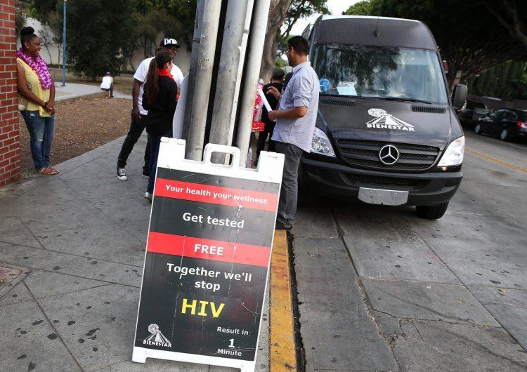"""Bebé con VIH positivo muere después de que madre rusa llamó al SIDA un """"mito"""" occidental"""