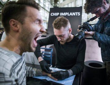 """¿Cyborgs? Miles de """"adictos"""" a la tecnología de Suecia se implantan chips con sus datos"""