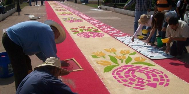 Comienza la ofrenda de tapetes en Acaxochitlán