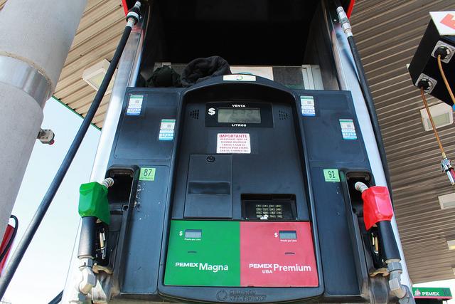 Proponen candidatos al Senado reducción de impuestos a combustibles