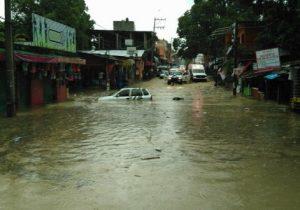 Tromba tira bardas y causa inundaciones en Huejutla