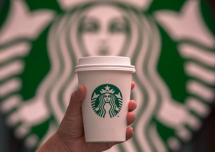 Starbucks anuncia su nueva política: El consumo no es necesario para permanecer en su establecimiento