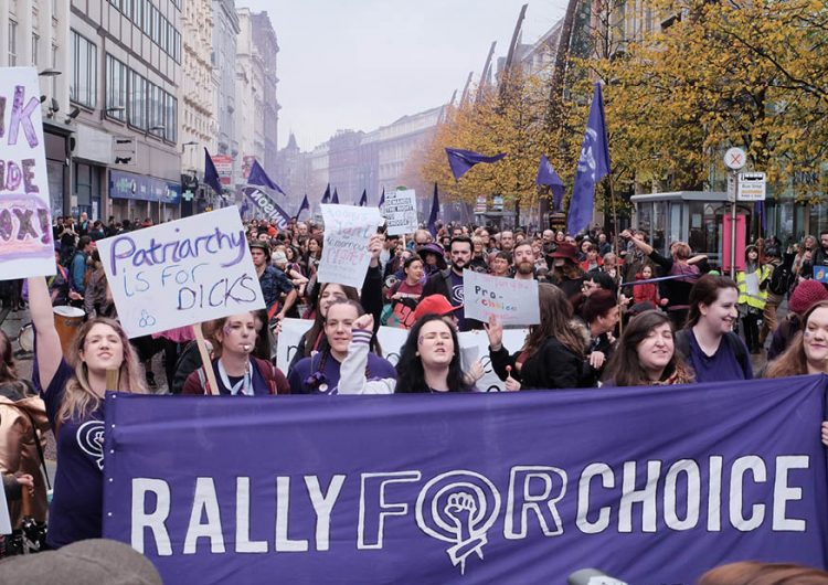 Irlandeses de todo el mundo regresan a su país para participar en la votación que decidirá el aborto