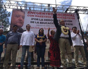 AMLO se compromete en Oaxaca a cancelar Reforma Educativa
