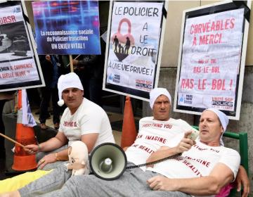 Policías franceses se ponen pijamas para protestar contra las malas condiciones laborales