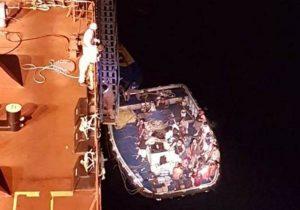 """Rescata buque """"Centenario"""" de Pemex, tripulación de atunero siniestrado en alta mar"""