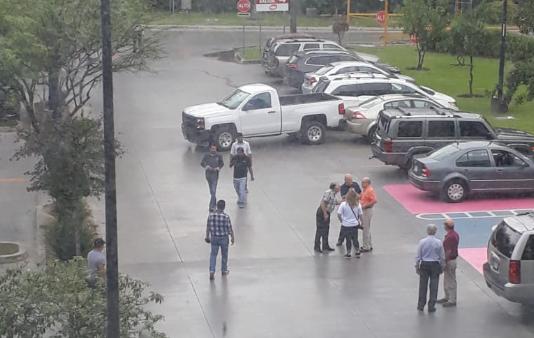 Ejecutan a sujeto en estacionamiento de centro comercial en San Pedro, NL