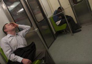 """Por quedarse """"dormido en el metro"""" un joven mexicano pagó una multa de 81 pesos"""