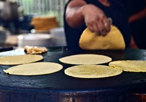 Identifica los tres ingredientes de la tortilla 100 por ciento nixtamalizada: maíz, agua y cal