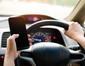 CEDH en contra criminalizar del uso del celular mientras se conduce