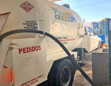 Huachicoleros regalan gas LP al pueblo para que no denuncien