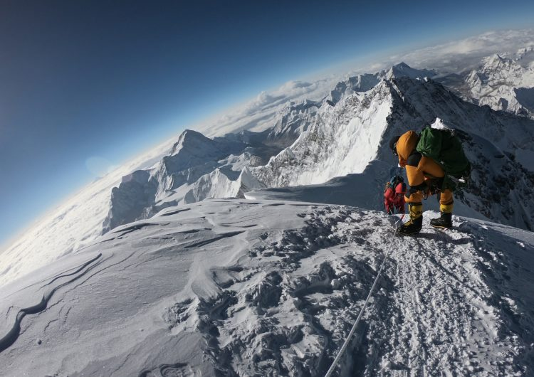 China limpia el Everest y retira toneladas de basura y heces humanas