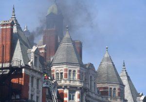 Un centenar de bomberos combate incendio en lujoso hotel de Londres (Fotos)