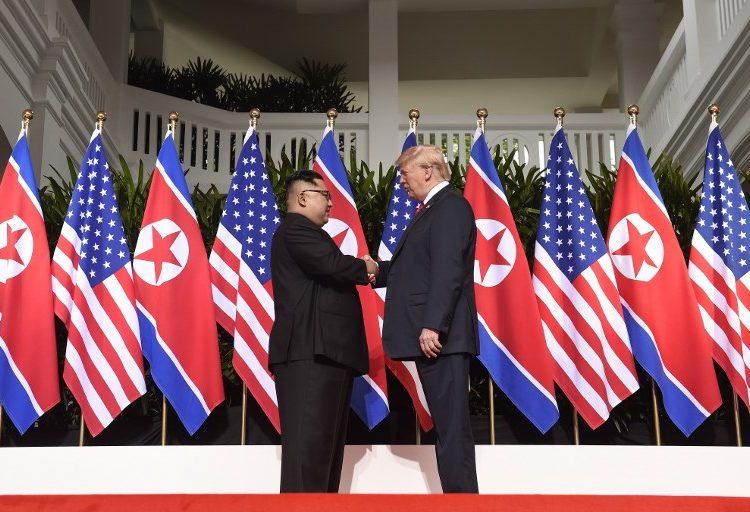 Trump y Kim hacen historia con un apretón de manos