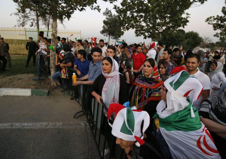 Irán permite que por primera vez mujeres y hombres vean juntos en el estadio el partido contra España