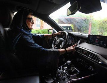 Las mujeres saudíes celebran  al volante el fin de la prohibición de conducir