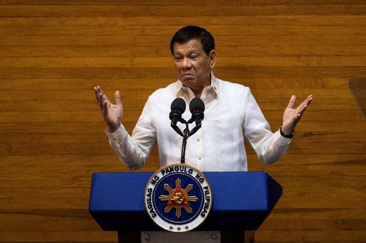 """El presidente filipino Duterte dice que el Dios de la Biblia es """"estúpido"""""""
