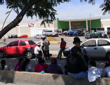 CNTE bloquea cruceros y tiendas comerciales en Oaxaca
