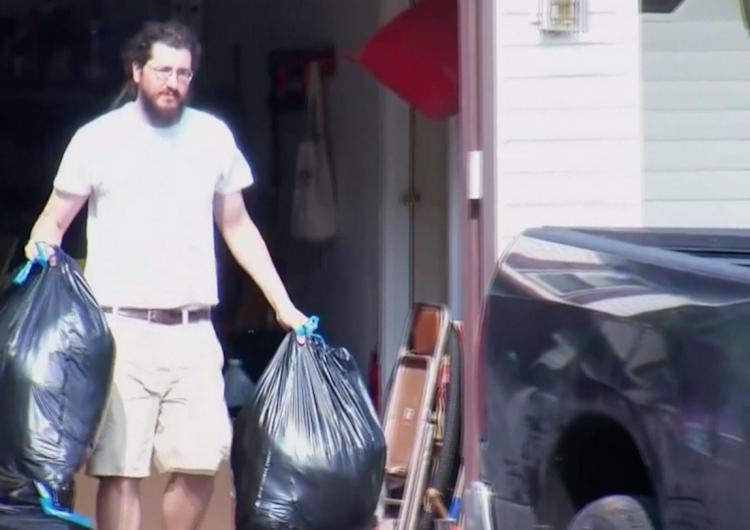El hombre de 30 años que no quería dejar a sus padres… por fin se mudó