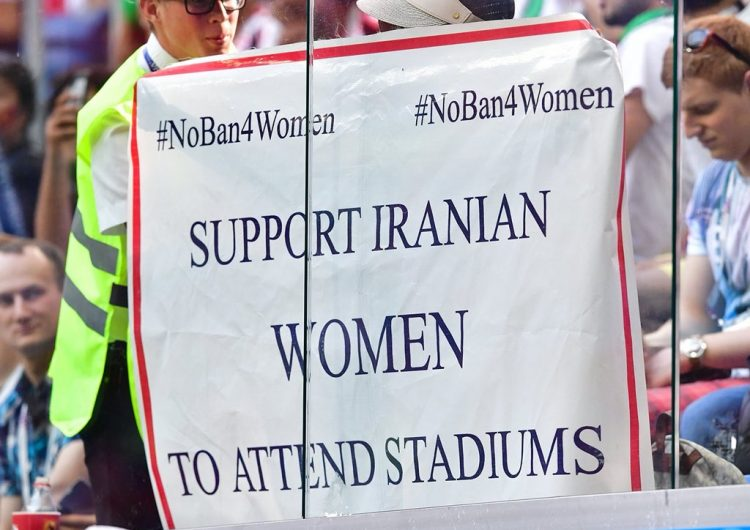 Con pancartas, piden eliminar el veto que impide a mujeres iraníes ir a estadios