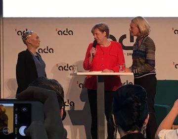 Robot consuela a Angela Merkel tras la eliminación de Alemania en el Mundial