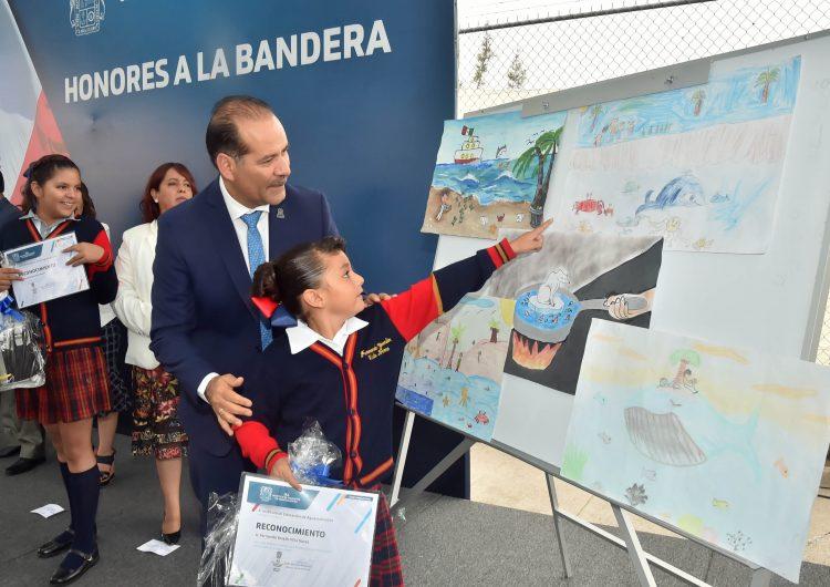 Encabeza gobernador acto cívico en la escuela primaria Bicentenario de la Independencia de México