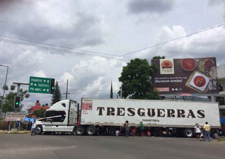 Retiene CNTE vehículos de empresas en Oaxaca; gobierno llama al diálogo