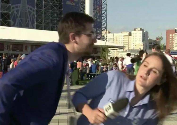 Un hombre intentó besar a esta reportera en Rusia. Ella lo esquivó y le lanzó una advertencia