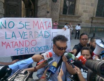 Protestan por agresión de policías de Tlaquepaque contra el periodista Henry Saldaña