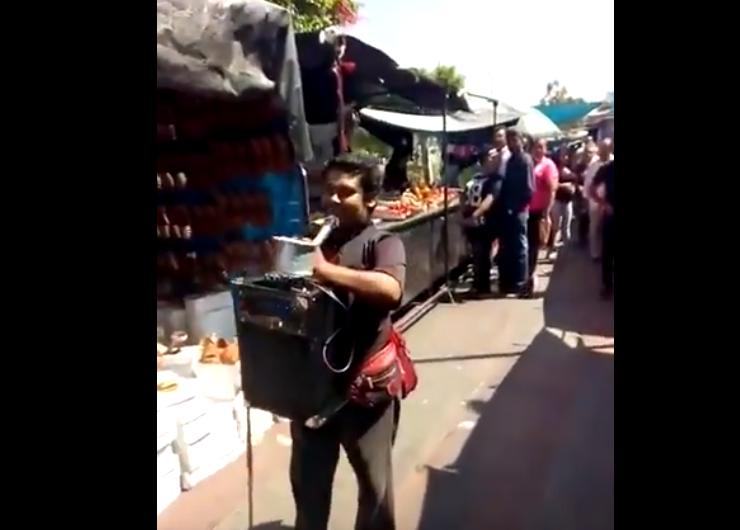 """Cantante invidente invita a votar por """"ya sabes quién"""" en tianguis de Jalisco"""