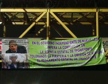 """Colocan mantas contra """"El Bronco"""" en NL y acusan corrupción en transporte"""