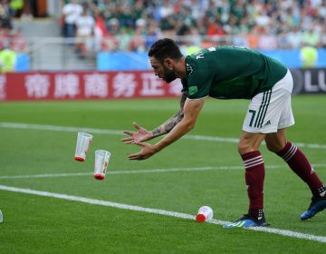 Otra multa para México: su afición lanzó objetos a la cancha durante el partido con Suecia