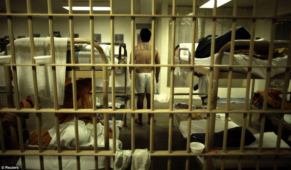 Transfieren 1,600 inmigrantes indocumentados a cinco prisiones federales en EU