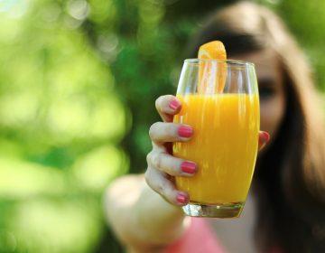 Canadá contraataca: pone arancel al jugo de naranja, papel higiénico y pepinillos de EE. UU.