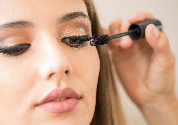 Una mujer es sometida a cirugía ocular después de dormir con rímel por 25 años